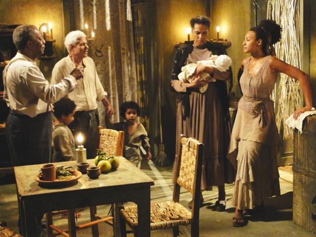 Berenice brinca com fogo e apresenta Elias no morro como seu sobrinho (Foto: Lado a Lado/Tv Globo)