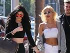 Kylie Jenner passeia acompanhada e de mãos dadas nos Estados Unidos