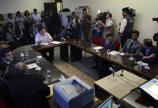 O senador boliviano Roger Pinto Molina (à esq.) presta depoimento na 4ª Vara de Justiça, a pedido do diplomata Eduardo Saboia (à dir., de cinza) (Foto: Fabio Rodrigues Pozzebom/ABr)