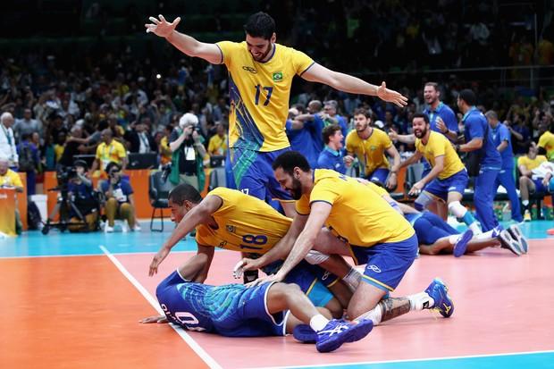Equipe do Brasil comemora medalha de ouro no vôlei masculino (Foto: Mark Kolbe/Getty Images)