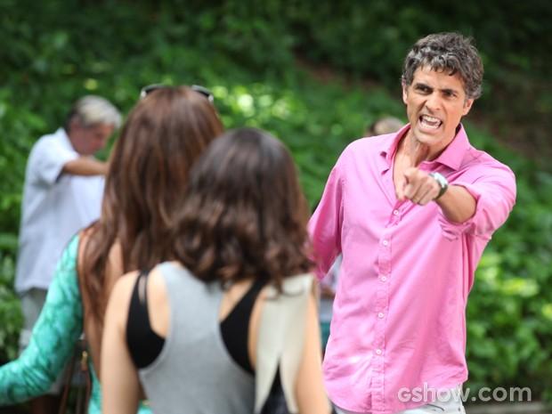Cadu explode ao ver a mulher saindo da escola do filho com Marina (Foto: Pedro Curi/TV Globo)