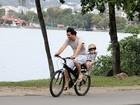 Wagner Moura se diverte com o filho na orla da Lagoa, no Rio