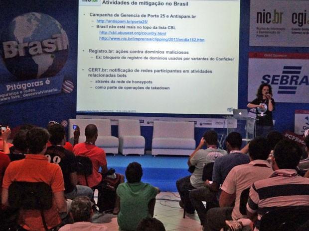Campuseiros tiraram dúvidas sobre como resolver um problema na rede de computadores infectada por botnets (Foto: Priscila Miranda / G1)