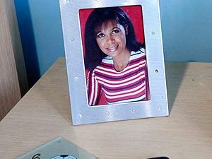 A mãe, Sandra, é lembrada em foto no criado-mudo (Foto: Marcos Ribolli / Globoesporte.com)