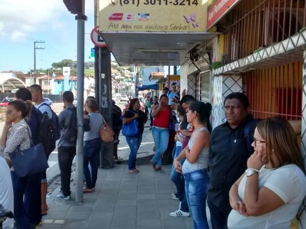 Paradas de ônibus estão lotadas na manhã desta segunda (3). (Foto: Camila Torres / TV Globo)