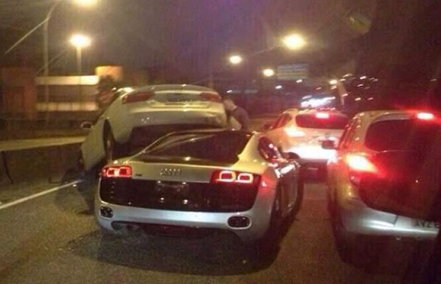 Acidente-em-Curitiba-envolve-Audi-R8-e-A7 (Foto: Reprodução)