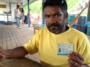 Antônio de Souza mostra que carteira de pescador profissional (Foto: Ivanete Damasceno/G1)