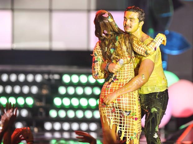 519505f0eb8bc Sabrina Sato e Luan Santana sujos de tinta em premiação em São Paulo (Foto