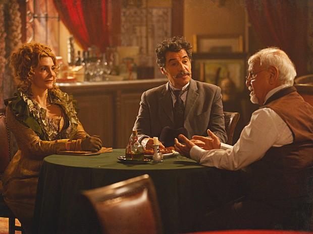 Mário leva Diva Celeste para conhecer o antigo restaurante Alheiras (Foto: Lado a Lado / TV Globo)