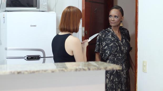 Isabel Fillardis na web serie é ameaçada pela filha adotiva (Foto: Igor Rodriguez)