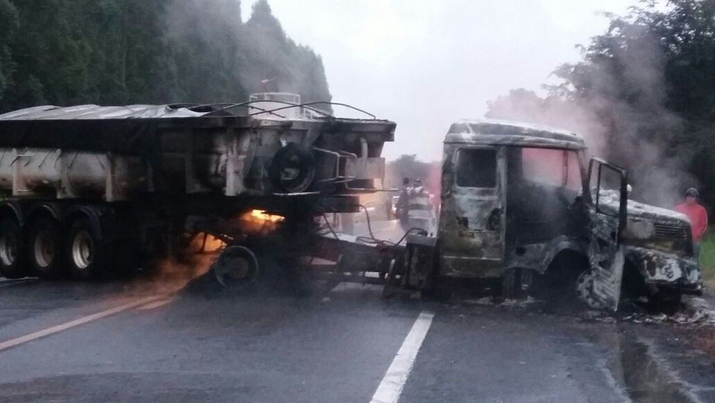 Criminosos colocaram fogo em um caminhão na fuga (Foto: Arquivo pessoal )