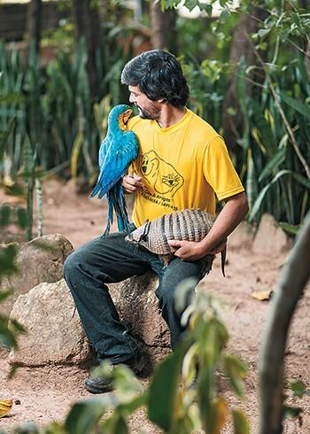 DEDICAÇÃO O veterinário Marcos Motta em seu criadouro, em Minas Gerais. Ele cuida de 500 animais,  entre doentes e mutilados (Foto: Rafael Motta/Nitro/Época)