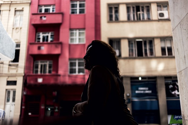 O PERIGO DE BEBER SOZINHA A pedagoga Luiza em  sua casa. Ela bebia  4 litros de pinga por dia, escondida do marido  (Foto: Ricardo Jaeger/ÉPOCA)