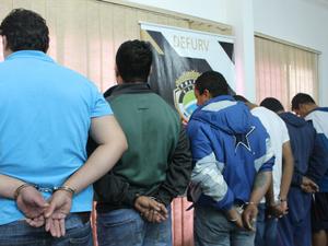 Seis suspeitos foram apresentados pela polícia; um está foragido e dois vão responder em liberdade (Foto: Gabriela Pavão/ G1 MS)