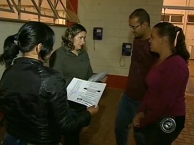 Alunos se reúnem para discutir a situação do curso de mestre de obra (Foto: Reprodução/TV TEM)