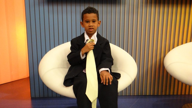 Lucas, o menino que quer ser jornalista, conhece a TV Tribuna (Foto: Fernanda Maciel)