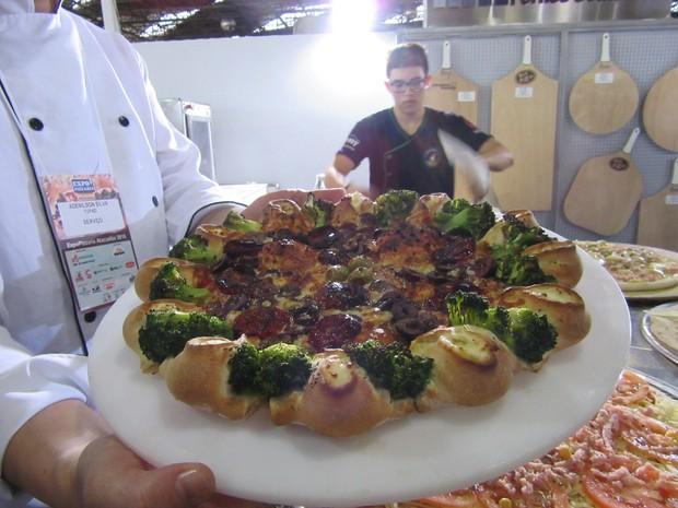 Pizza que parece uma flor por causa das bordas com vulcões rechedados de catupiry e com recheio de brócolis, tomate seco e azeitona preta (Foto: Marta Cavallini/G1)