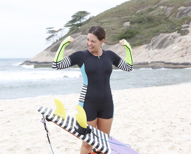 Fabiula brinca enquanto se alonga (Foto: Artur Meninea/ TV Globo)