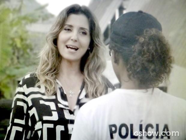 Malu elogia trabalho de Alice e convoca a menina (Foto: Em Família/TV Globo)