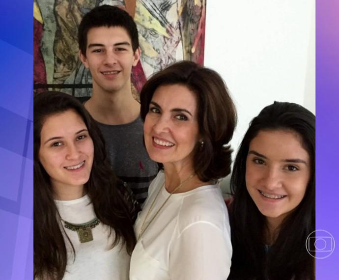 Fátima ao lado dos trigêmeos: Laura, Vinícius e Beatriz completam 18 anos hoje, 21/10 (Foto: TV Globo)