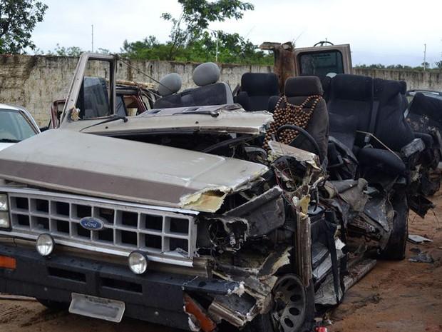 Acidente entre van e caminhão-cegonha deixou quatro mortos e onze feridos (Foto: Willian Silva/Site Caetité Notícias)