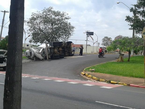 Motorista perdeu controle ao fazer a curva  (Foto: Paulo Oliveira / Arquivo Pessoal )