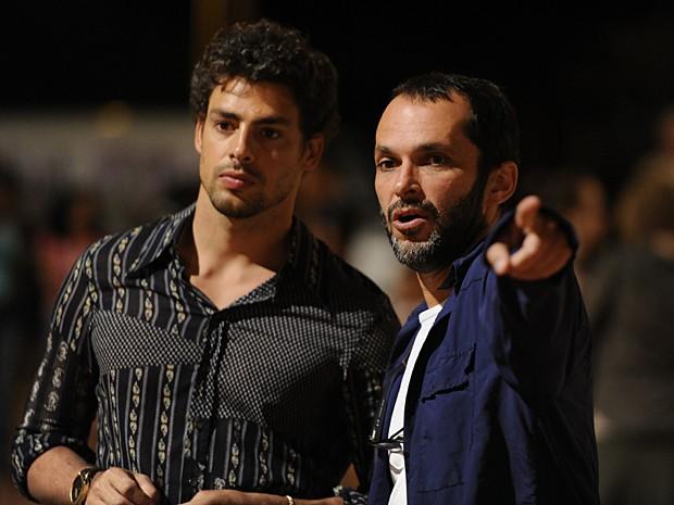 Cauã ouve as orientações do diretor José Luiz Villamarim (Foto: Estevam Avellar / TV Globo)