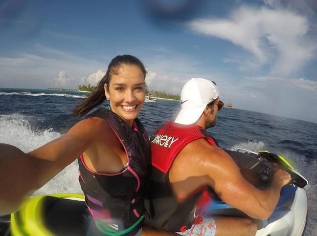 Talula e o marido, Zinho Alves, andando de jet ski nas Ilhas Maldivas (Foto: Reprodução/Instagram)