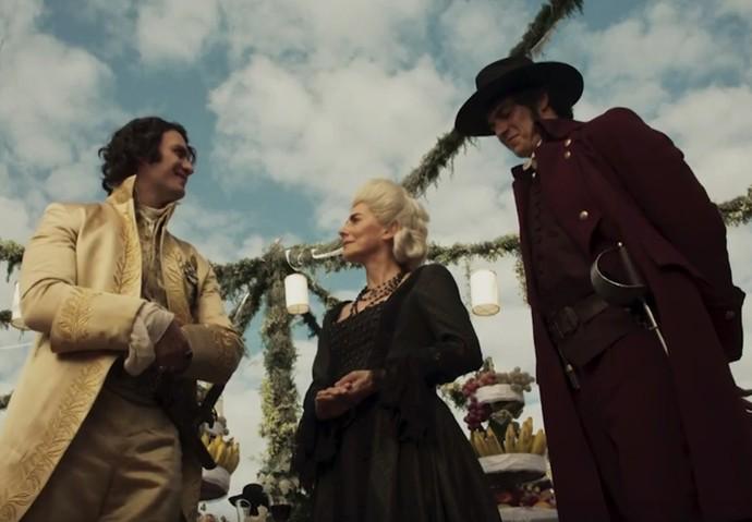 O Duque de Ega conversa com Dionísia e Rubião durante a festa de casamento (Foto: TV Globo)