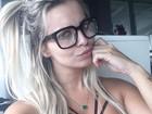 Veridiana Freitas exibe 'comissão de frente' em selfie com óculos de grau