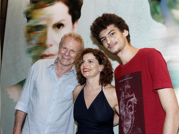 Deborah Bloch com o pai, Jonas Bloch, e o filho Hugo em estreia de peça na Zona Sul do Rio (Foto: Alex Palarea/ Ag. News)