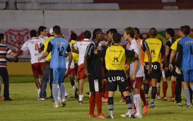 Confusão generalizada tomou conta do jogo (Foto: Felipe Martins/GLOBOESPORTE.COM)