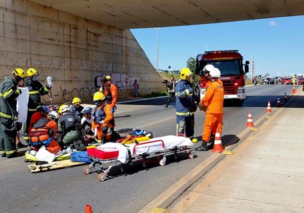 Bombeiros atendem motociclista que caiu de viaduto após batida com carro em Santa Maria, no DF (Foto: Corpo de Bombeiros-DF/Divulgação)