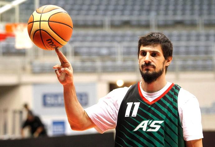 Leandro Garcia Morales treino Aguada basquete (Foto: Márcio Alves / Agência O Globo)