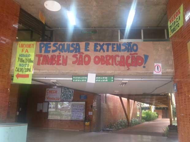 Faixa pregada na faculdade por alunos do centro acadêmico de direito (Foto: Raquel Morais/G1)
