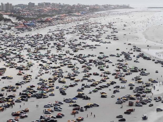 Praia do Atalaia, em Salinas, vira ponto de encontro de motoristas (Foto: Tarso Sarraf / O Liberal)