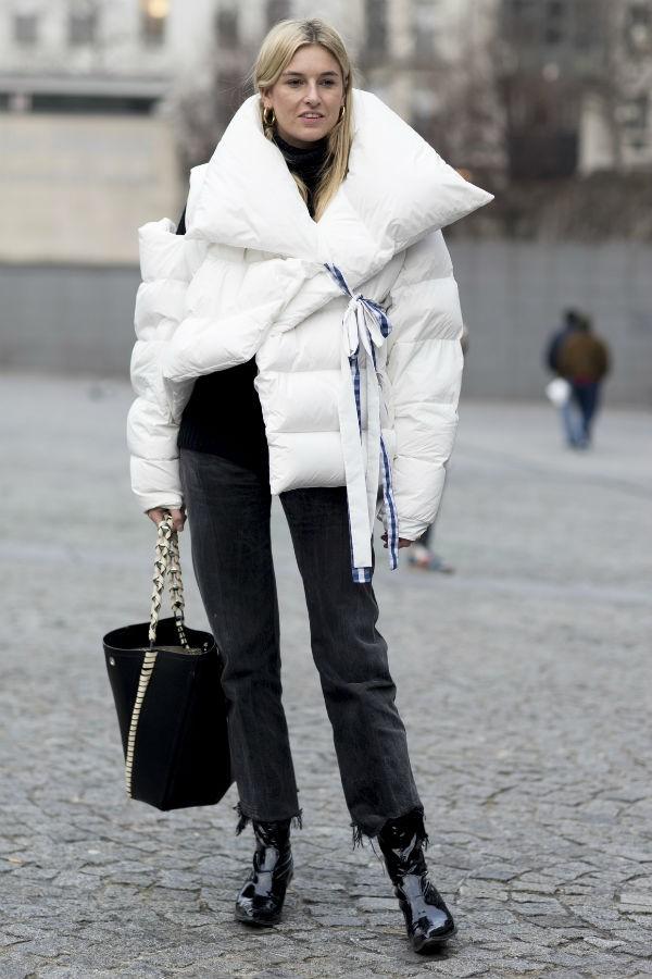 O modelo matalassado e com echarpe acoplada funciona sobre looks sequinhos ou até vestidos  (Foto: imaxtree)