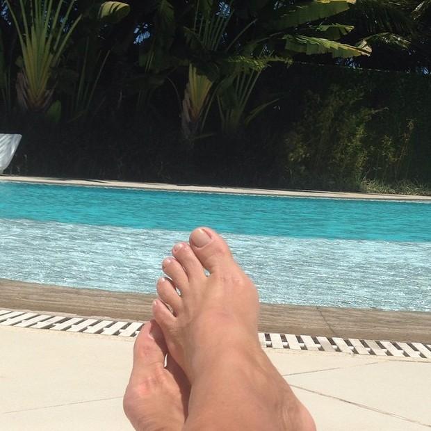 Xuxa posta foto dos pés à beira da piscina (Foto: Instagram / Reprodução)