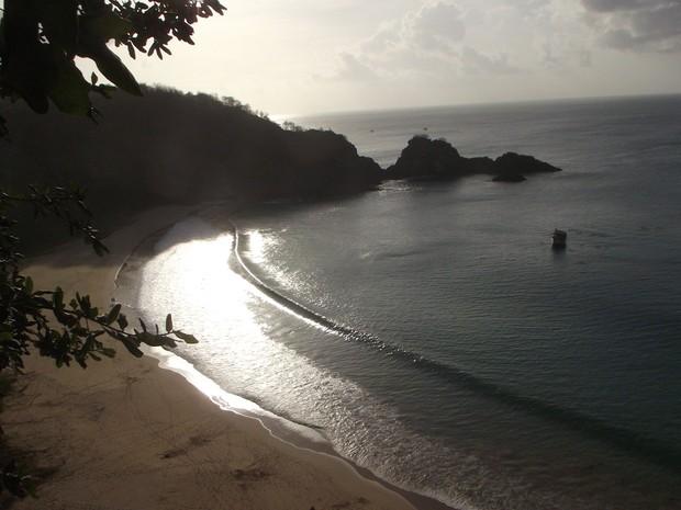 Baía do Sancho vista do mirante que dá acesso à praia (Foto: Fabíola Blah / G1)