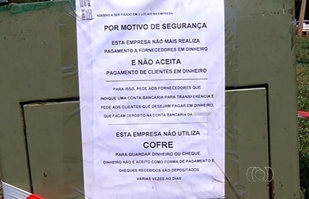 Loja deixa cofre aberto na calçada para protestar contra roubos, em Goiás (Foto: Reprodução/TV Anhanguera)