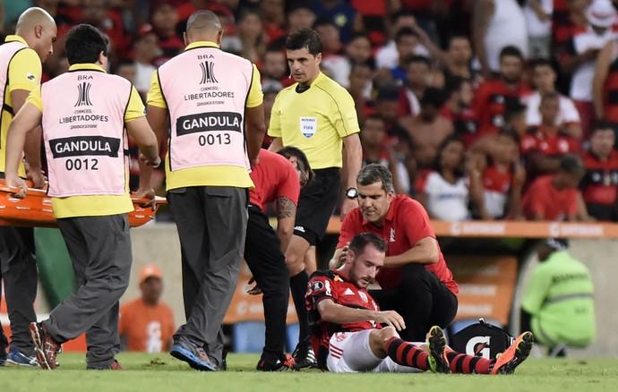 Mancuello apaga após - choque de cabeça - Flamengo x San Lorenzo (Foto: André Durão)