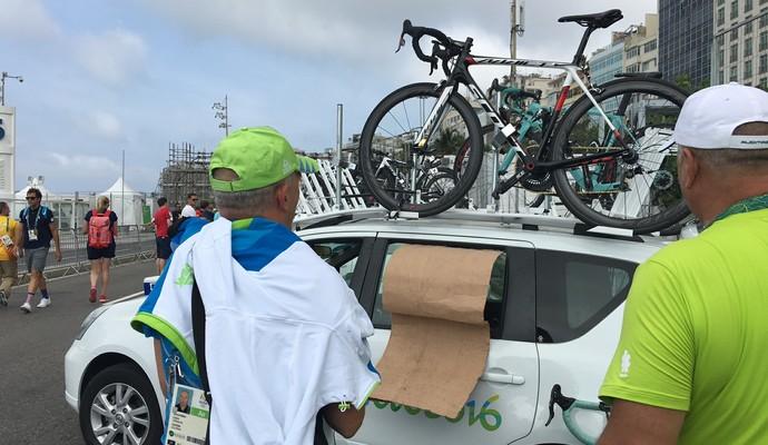 Atletas improvisam vestiários para trocar de roupa (Foto: Cleber Akamine)