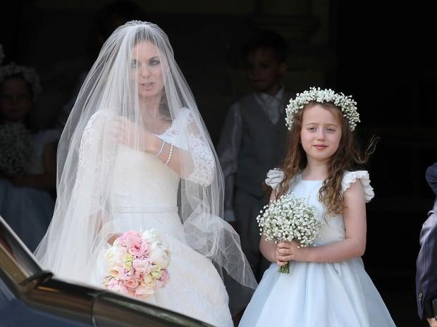 Ex-Spice Girl Geri Halliwell com a filha Bluebell, de nove anos, em tarde de casamento na Inglaterra (Foto: AKM)
