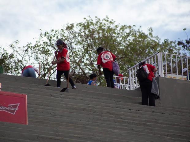 Varredores trabalham para manter a Arena de rodeios limpa em Barretos (Foto: Mateus Rigola/G1)