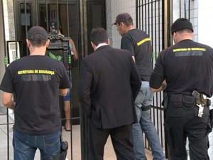 Comandante e PMs são presos por suspeita de extorsão na Ilha (Foto: Reprodução/TV Globo)