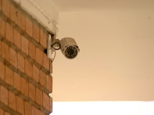 Moradores optam por aumentar a segurança com alarmes, e câmera de segurança (Foto: Cláudio Oliveira/EPTV)