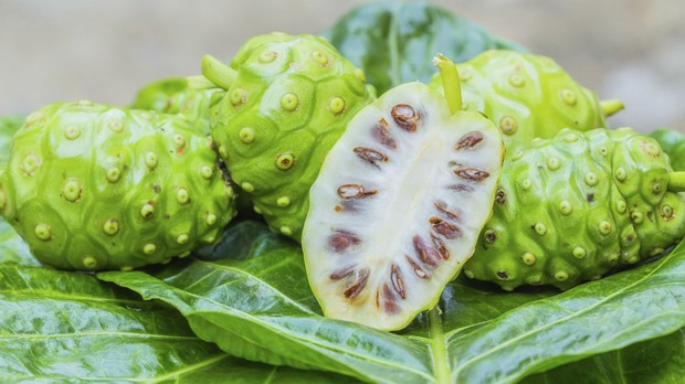 Fruta Noni aberta (Foto: Getty Images)