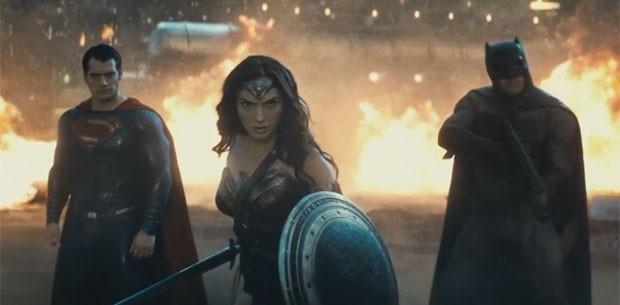 Cena do novo trailer de 'Batman vs Superman: A origem da justiça': a partir da esquerda, Henry Cavill como Superman, Gal Gadot como Mulher-Maravilha e Ben Affleck como Batman (Foto: Divulgação)