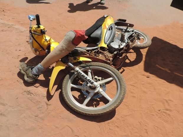 Condutor da moto perdeu uma das próteses no momento do acidente (Foto: Blog do Sigi Vilares)