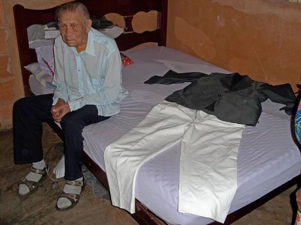 Leocádio Rodrigues de Lima, de 111 anos, ao lado da roupa que quer usar no próprio velório (Foto: Felipe Néri/G1)